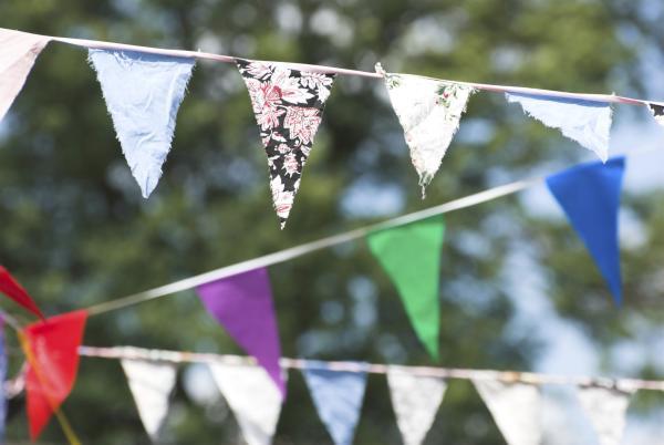 Cómo organizar una fiesta con poco presupuesto - Haz manualidades para tu fiesta económica
