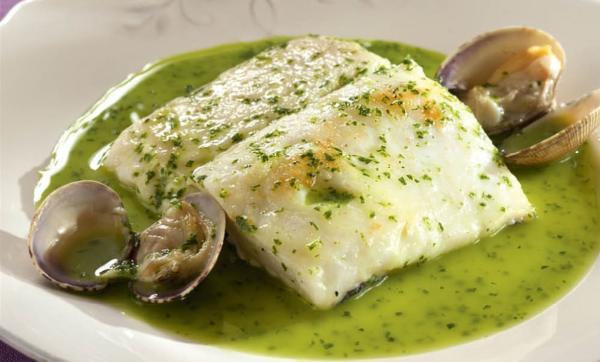 Qué se come en Navidad en España - Merluza koskera o merluza en salsa verde, el sabor de la costa vasca