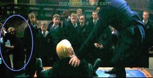 10 fallos en las películas de Harry Potter - Los cámaras se cuelan en La Cámara de los Secretos