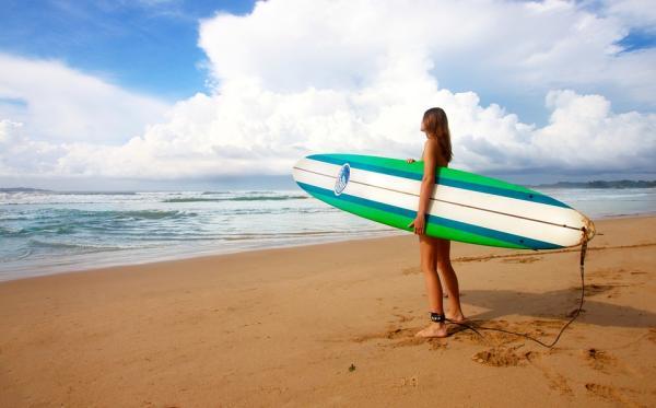 Ideas originales para despedidas de soltera en la playa - Apuntaros a un curso de iniciación al surf